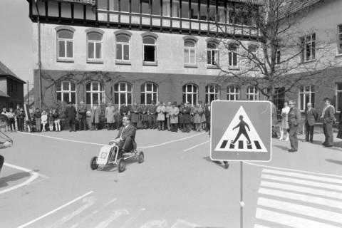 ARH NL Mellin 01-003/0002, Eröffnung des Verkehrsübungsplatzes auf dem Schulhof der Grundschule in Großburgwedel, vor 1970
