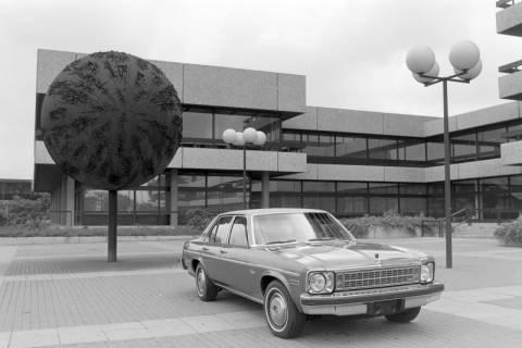 ARH NL Mellin 01-004/0026, Vorplatz des Postscheckamtes in Hannover mit Chevrolet Nova, zwischen 1971/1975