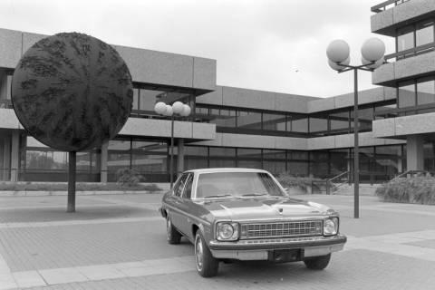 ARH NL Mellin 01-004/0027, Vorplatz des Postscheckamtes in Hannover mit Chevrolet Nova, zwischen 1971/1975