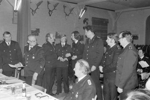 ARH NL Mellin 01-005/0002, Verleihung von Auszeichnungen? auf der Jahreshauptversammlung der Feuerwehr Ramlingen-Ehlershausen im Landgasthof Voltmer, nach 1974