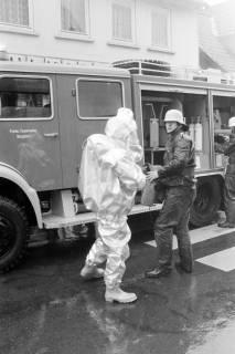 ARH NL Mellin 01-007/0020, Schauübung der Freiwilligen Feuerwehr Burgdorf und der DRK Bereitschaft, 1974