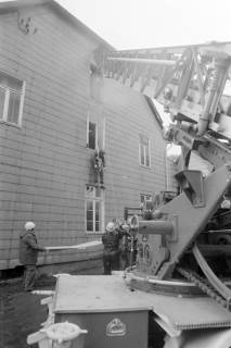 ARH NL Mellin 01-007/0022, Schauübung der Freiwilligen Feuerwehr Burgdorf und der DRK Bereitschaft, 1974