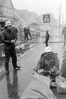 ARH NL Mellin 01-007/0023, Schauübung der Freiwilligen Feuerwehr Burgdorf und der DRK Bereitschaft, 1974