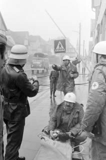 ARH NL Mellin 01-007/0024, Schauübung der Freiwilligen Feuerwehr Burgdorf und der DRK Bereitschaft, 1974