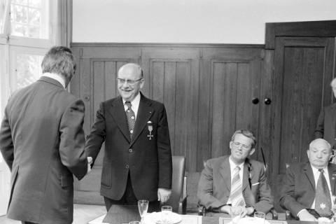 ARH NL Mellin 01-010/0001, Ordensverleihung an Bürgermeister Reppenhagen im Rathaus II in Burgdorf, ohne Datum