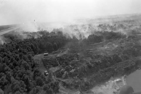 ARH NL Mellin 01-010/0018, Luftbild von Waldbrand in der Nähe der Baustelle des Elbe-Seitenkanals, wohl 1975