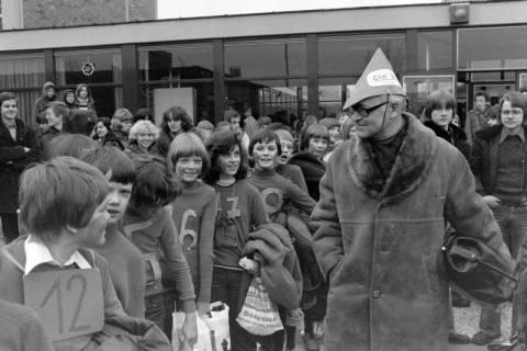 ARH NL Mellin 01-011/0024, Umzug von Schülern des Gymnasiums und der Realschule Großburgwedel in das neu gegründete Gymnasium Isernhagen, 1977