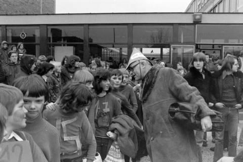 ARH NL Mellin 01-011/0025, Umzug von Schülern des Gymnasiums und der Realschule Großburgwedel in das neu gegründete Gymnasium Isernhagen, 1977