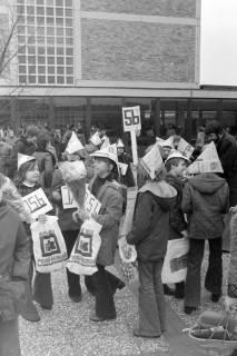 ARH NL Mellin 01-011/0026, Umzug von Schülern des Gymnasiums und der Realschule Großburgwedel in das neu gegründete Gymnasium Isernhagen, 1977