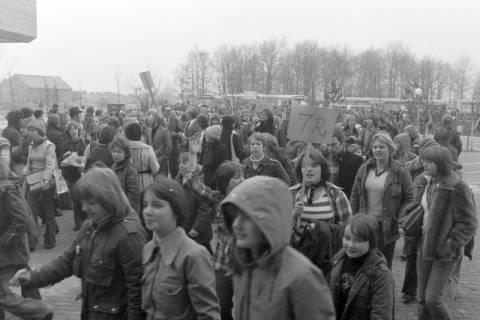 ARH NL Mellin 01-015/0001, Umzug von Schülern des Gymnasiums und der Realschule Großburgwedel in das neu gegründete Gymnasium Isernhagen, 1977