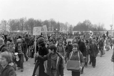 ARH NL Mellin 01-015/0002, Umzug von Schülern des Gymnasiums und der Realschule Großburgwedel in das neu gegründete Gymnasium Isernhagen, 1977