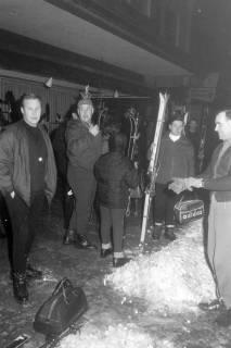 """ARH NL Mellin 01-017/0005, Wintersportler des SkiClub """"Winterfreuden""""vor dem Schuh- und Sporthaus Goslar, Marktstraße 37 in Burgdorf, ohne Datum"""