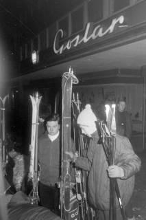 """ARH NL Mellin 01-017/0006, Wintersportler des SkiClub """"Winterfreuden""""vor dem Schuh- und Sporthaus Goslar, Marktstraße 37 in Burgdorf, ohne Datum"""