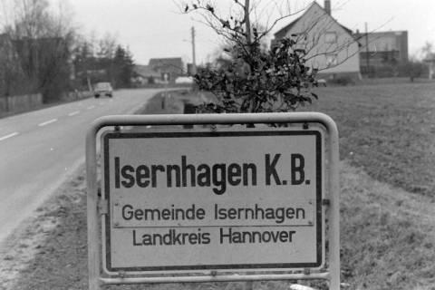 ARH NL Mellin 01-022/0012, Ortsschild von Isernhagen K. B., nach 1975