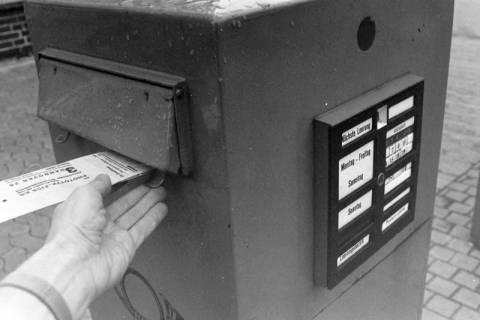 ARH NL Mellin 01-022/0013, Briefkasten vor dem Postgebäude in der Friedrichstraße in Lehrte, zwischen 1974/1975