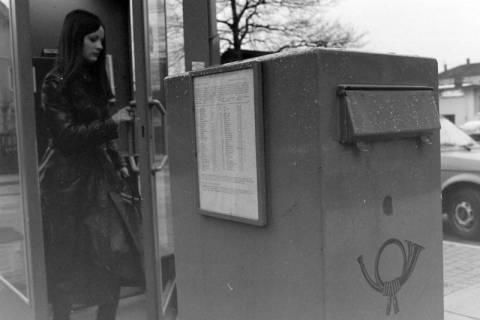 ARH NL Mellin 01-022/0014, Telefonzelle und Briefkasten vor dem Postgebäude in der Friedrichstraße in Lehrte, ohne Datum