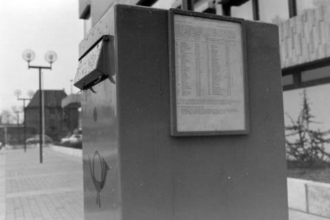 ARH NL Mellin 01-022/0015, Briefkasten vor dem Postgebäude in der Friedrichstraße in Lehrte, zwischen 1974/1975