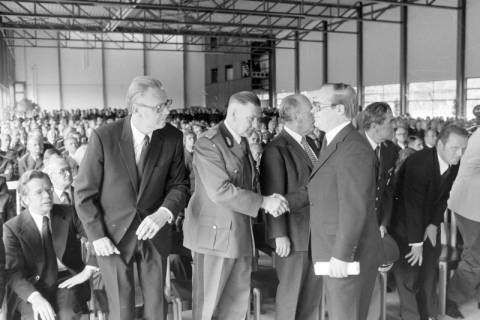 ARH NL Mellin 01-025/0003, Trauerfeier? in der Übungshalle der Landesfeuerwehrschule, Celle, wohl 1975