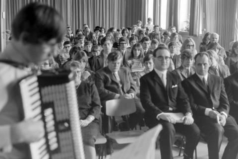 ARH NL Mellin 01-025/0014, Ernennung von Joachim Schlossarek (sitzend mit Brille) zum Rektor der Realschule, Burgdorf, ohne Datum