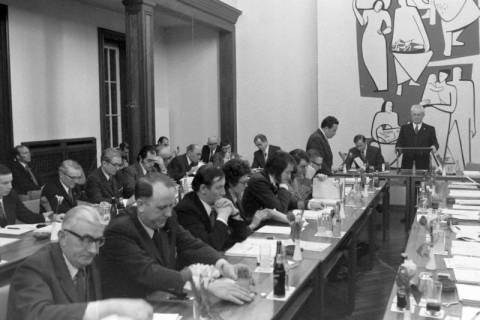 NL Mellin 01-029/0016, Ratssitzung im Rathaus I, Burgdorf, zwischen 1974/1976