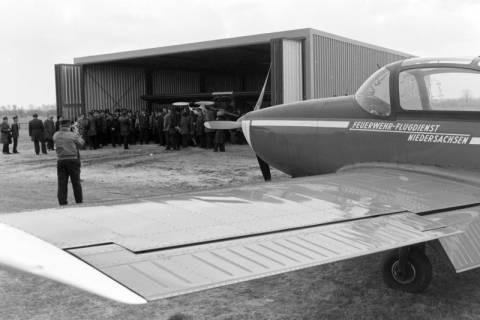 NL Mellin 01-029/0019, Besuchergruppe beim Feuerwehr-Flugdienst (FFD) des Landesfeuerwehrverbandes Niedersachsen e. V., ohne Datum