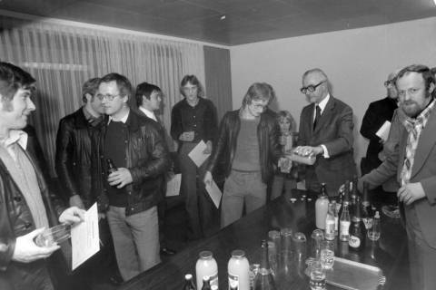 NL Mellin 01-029/0020, Bürgermeister Reimann (Wedemark) bei den Judoka des MTV Mellendorf, um 1975