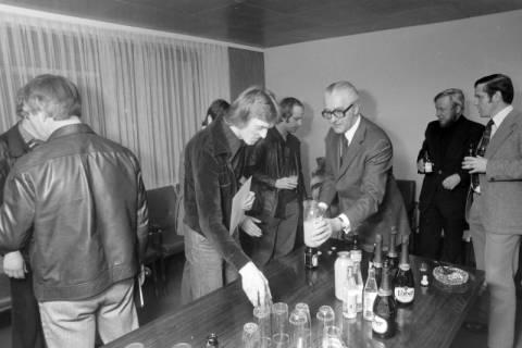 NL Mellin 01-029/0021, Bürgermeister Reimann (Wedemark) bei den Judoka des MTV Mellendorf, um 1975