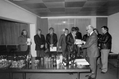 NL Mellin 01-029/0022, Bürgermeister Reimann (Wedemark) bei den Judoka des MTV Mellendorf, um 1975