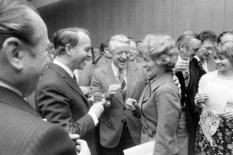 NL Mellin 01-034/0013, Im Nds. Landtag nach dem Sieg über Karl Ravens im dritten Wahlgang am 06.02.1976, Hannover, 1976
