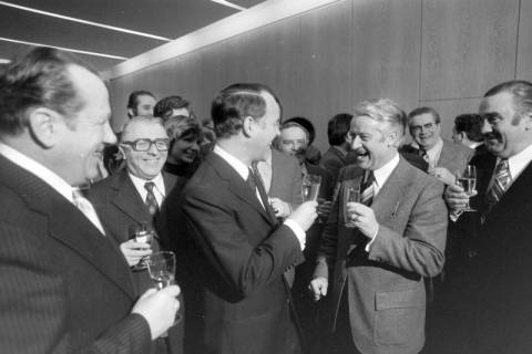 NL Mellin 01-034/0014, Im Nds. Landtag nach dem Sieg über Karl Ravens im dritten Wahlgang am 06.02.1976, Hannover, 1976