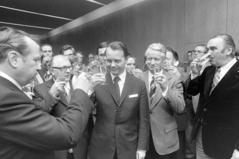 NL Mellin 01-034/0015, Im Nds. Landtag nach dem Sieg über Karl Ravens im dritten Wahlgang am 06.02.1976, Hannover, 1976