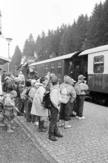 ARH NL Mellin 01-038/0009, Schülergruppe? vor Harzer Schmalspurbahn zum Brocken in Schierke, nach 1989