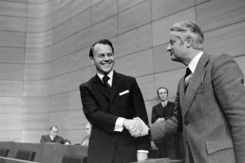 NL Mellin 01-045/0002, Winfried Hasselmann gratuliert Ernst Albrecht zur Wahl zum Ministerpräsidenten, wohl 1976