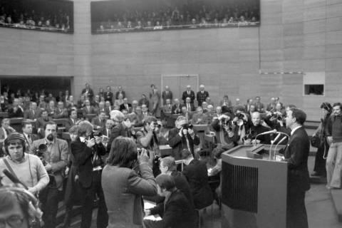 NL Mellin 01-045/0008, Antrittsrede von Ernst Albrecht  im Niedersächsischen Landtag nach seiner Wahl zum Ministerpräsidenten, wohl 1976