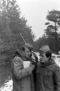 NL Mellin 01-047/0020, Zwei Offiziere der Bundeswehr an einem Funkgerät, ohne Datum