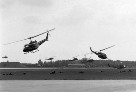 NL Mellin 01-048/0015, Mehrere Transporthubschrauber Bell UH-1D bei einer Übung? Flugvorführung? Flugtag?, ohne Datum