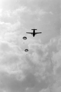 NL Mellin 01-048/0021, Flugschau? Transall setzt Fallschirmjäger ab?, ohne Datum