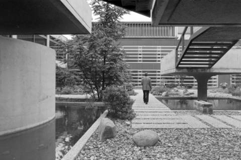 ARH NL Mellin 01-053/0005, Innenhof vom Gebäude J2 der Medizinischen Hochschule Hannover, ohne Datum