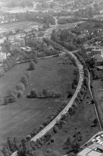 ARH NL Mellin 01-054/0001, Straße vom Flughafen Richtung Autobahn Anschlussstelle Langenhagen. (Bildrand oben die Gebäude der Emmich-Cambrai-Kaserne, oben rechts die Autobahnbrücke), ohne Datum