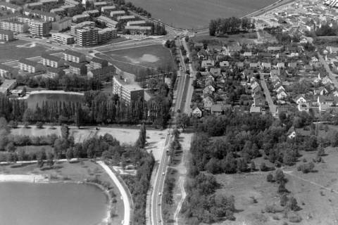 ARH NL Mellin 01-054/0003, Blick von der Autobahn Anschlussstelle Bothfeld in Richtung Langenhagen (vorn links der Silbersee, hinter der Pappelreihe die damalige Silberseeklinik), nach 1973