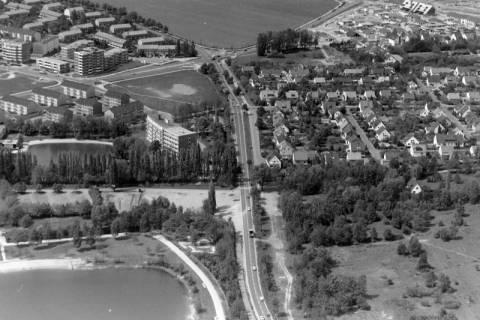 ARH NL Mellin 01-054/0004, Blick von der Autobahn Anschlussstelle Bothfeld in Richtung Langenhagen (links der Silbersee, dahinter die damalige Silberseeklinik), nach 1973
