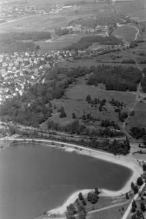 """ARH NL Mellin 01-054/0005, Blick auf Sibersee und Übungsplatz der Bundeswehr (hinten links die Neue Bult, hinten rechts Blick nach Isernhagen-Süd, am oberen Bildrand die Galopprennbahn """"Neue Bult""""), nach 1973"""