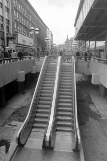NL Mellin 01-055/0009, Rolltreppe in der Bahnhofstraße in die Passerelle (heute Niki-de-Saint-Phalle-Promenade) vor dem Kaufhof, zwischen 1975/1977