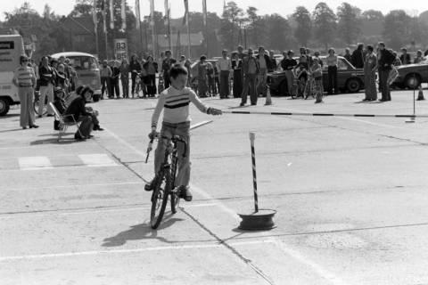 NL Mellin 01-057/0002, Jugend-Fahrrad-Turnier? auf dem Parkplatz eines Möbelkaufhauses (damals Vielkauf), Großburgwedel, um 1974