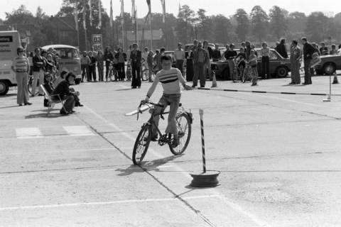 NL Mellin 01-057/0003, Jugend-Fahrrad-Turnier? auf dem Parkplatz eines Möbelkaufhauses (damals Vielkauf), Großburgwedel, um 1974