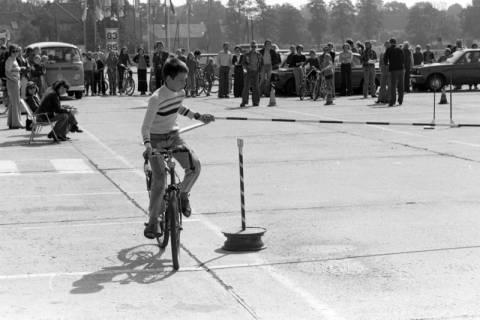 NL Mellin 01-057/0004, Jugend-Fahrrad-Turnier? auf dem Parkplatz eines Möbelkaufhauses (damals Vielkauf), Großburgwedel, um 1974