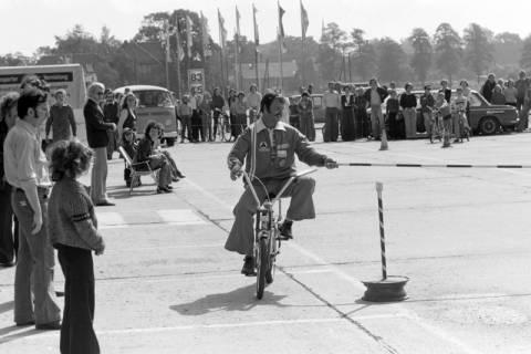 NL Mellin 01-057/0005, Jugend-Fahrrad-Turnier? auf dem Parkplatz eines Möbelkaufhauses (damals Vielkauf), Großburgwedel, um 1974