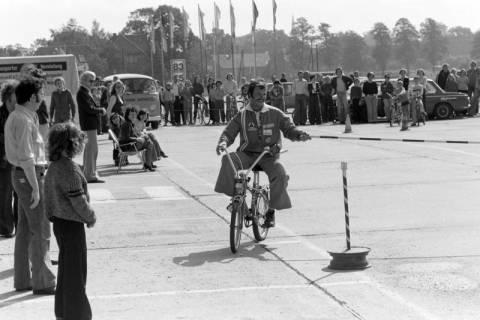NL Mellin 01-057/0006, Jugend-Fahrrad-Turnier? auf dem Parkplatz eines Möbelkaufhauses (damals Vielkauf), Großburgwedel, um 1974