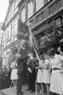 ARH NL Mellin 01-060/0021, Übergabe einer neuen Standarte durch Bürgermeister Kannacher vor dem Rathaus in Burgdorf, wohl 1972