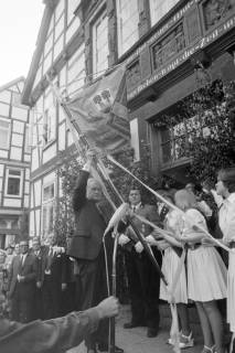 ARH NL Mellin 01-060/0022, Übergabe einer neuen Standarte durch Bürgermeister Kannacher vor dem Rathaus in Burgdorf, wohl 1972